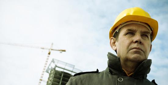 Ouvrier du batiment portant un casque